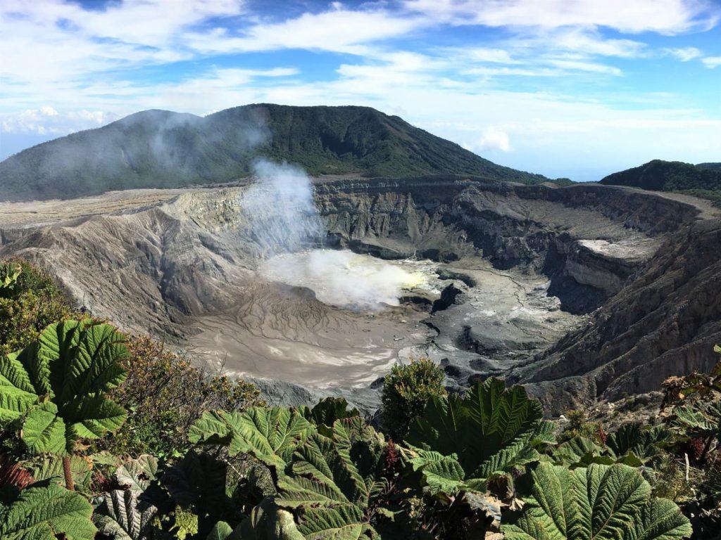 Il Vulcano Poas si trova a circa 65 km dalla capitale del Costa Rica, San Josè. Si tratta di una delle zone più visitate del paese, sia per la sua bellezza, sia per la facilità di accesso.