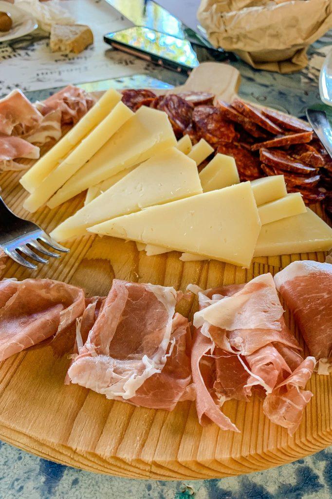 Degustiamo la selezione di vini Monti Cecubi accompagnando i sorsi con ottimi prodotti tipici del territorio, come le olive e la salsiccia itrane, e formaggio stagionato sardo, ma rigorosamente prodotto a Itri da casari sardi.