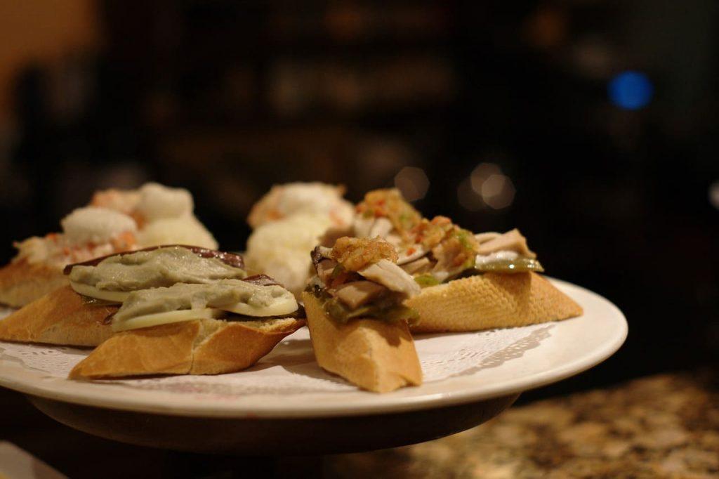 Ormai è possibile mangiare tapas ovunque nel mondo, ma la tapa andalusa non ha eguali. Gli ingredienti locali la rendono speciale, unica e gustosissima.