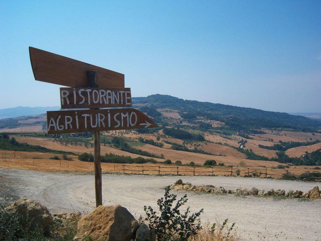 Lascia stare ogni dispositivo elettronico, in Toscana devi farti guidare dalle emozioni. Fermati quando vuoi, segui i cartelli che trovi lungo il percorso... ma soprattutto goditi i paesaggi!