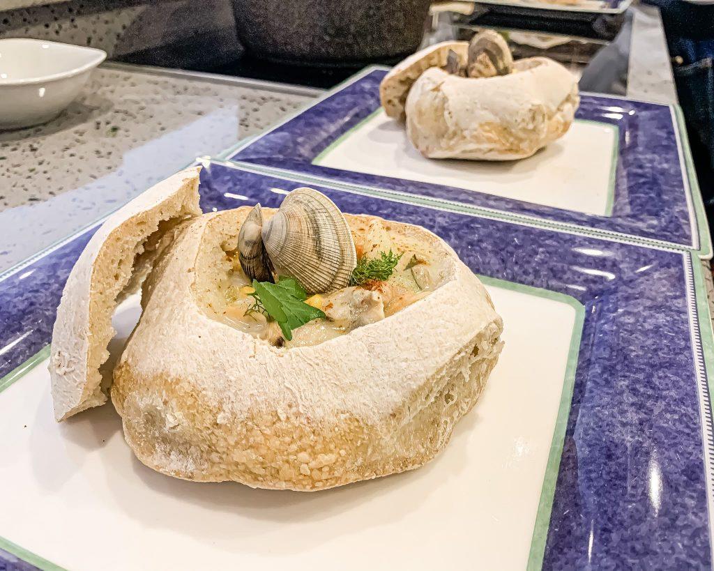 In alcune località alla zuppa di vongole vengono aggiunti i pomodori, come nella Manhattan clam chowder, ma la ricetta originale, bianca e cremosa, è quella più deliziosa e saporita, proprio perchè ha un sapore così particolare che difficilmente troverai in un altro piatto!