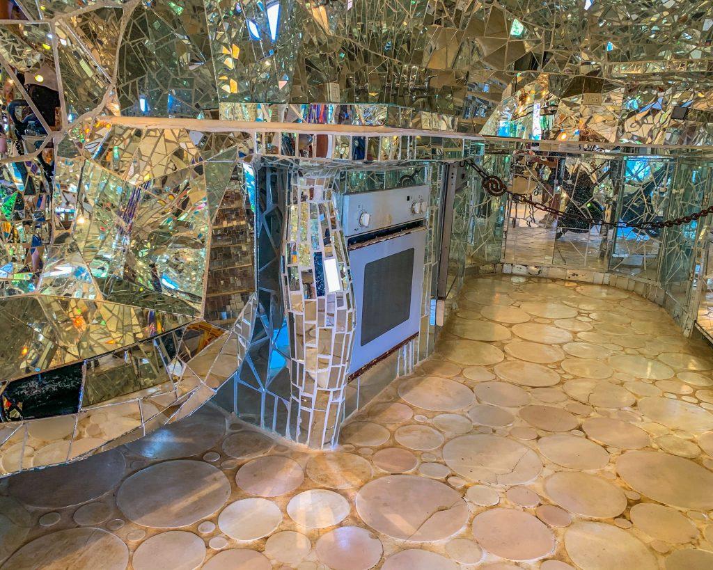 L'interno dell'Imperatrice nasconde un delizioso appartamento con tutti i confort, completamente creato con maioliche specchiate.
