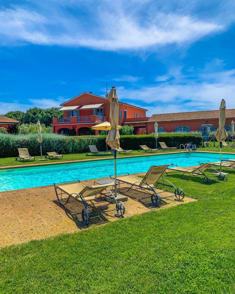 Ai Piani della Marina, a disposizione degli ospiti c'è una bellissima piscina dove rilassarsi e prendere il sole, che vanta una vista pazzesca sui territori circostanti.