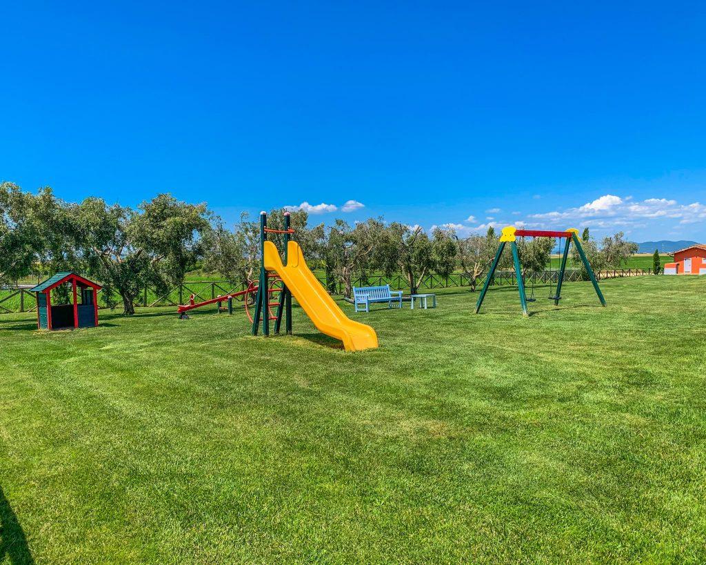 Ai Piani della Marina trovi un enorme prato dove i bambini possono correre e giocare.
