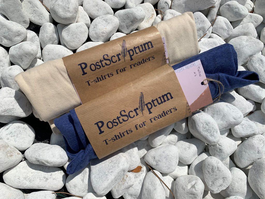 La linea di prodotti Post Scriptum è dedicata ai veri book lover e sviluppata seguendo il criterio dell'ecosostenibilità anche nel packaging. Tutte le maglie sono avvolte in carta riciclata, e l'etichetta puoi usarla come segnalibro!