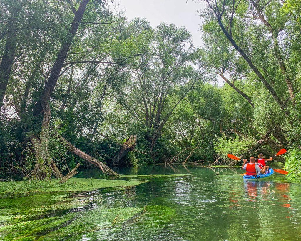 In canoa sul fiume Tirino con i bambini